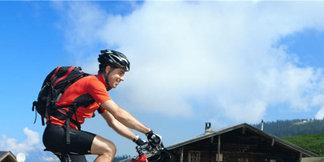 zwei Mountainbiker genießen eine Tour durch die Kitzbüheler Alpen