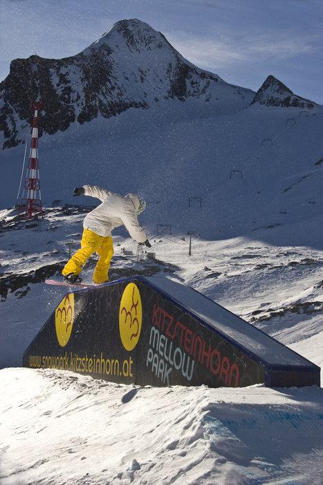 Snowboarder practising tricks at Kitzsteinhorn Mellow Park