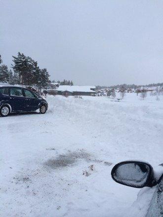 Beklager men det er ikke 100cm snø som de sier.  Nærmere 50-60cm å for mye is i den prepabakken. Ikke kjør offpiste, for lite snø.