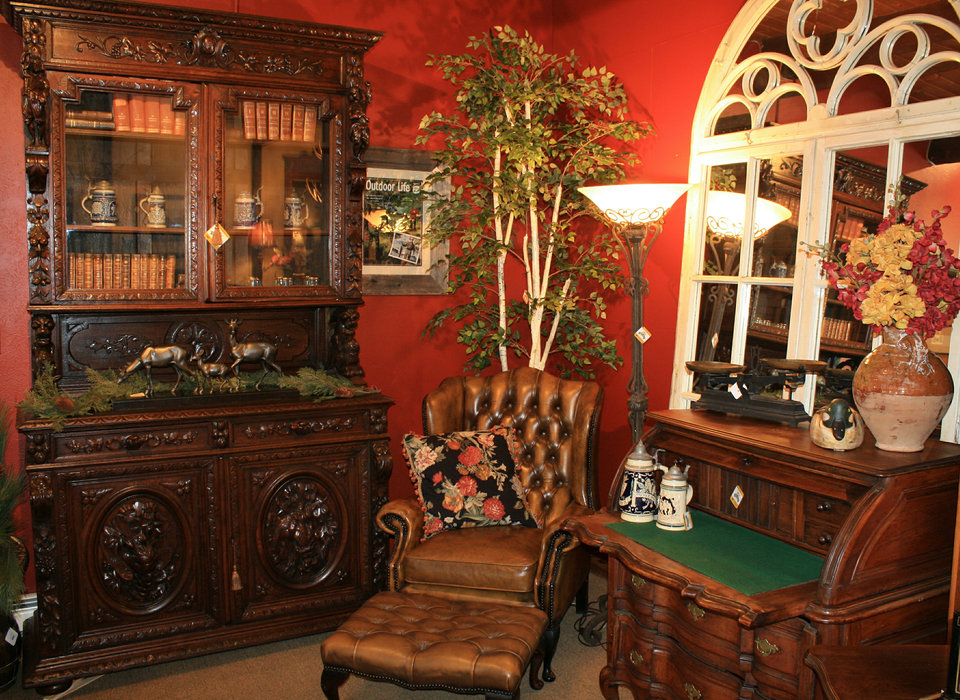 Ski Country Antiques & Home merchandises to inspire, with rooms setup to spark customers' home-decorating imagination. - ©Ski Country Antiques & Home