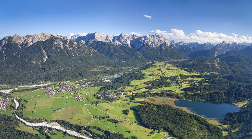 Blick über die drei Urlaubsorte Mittenwald, Krün und Wallgau - ©Alpenwelt Karwendel
