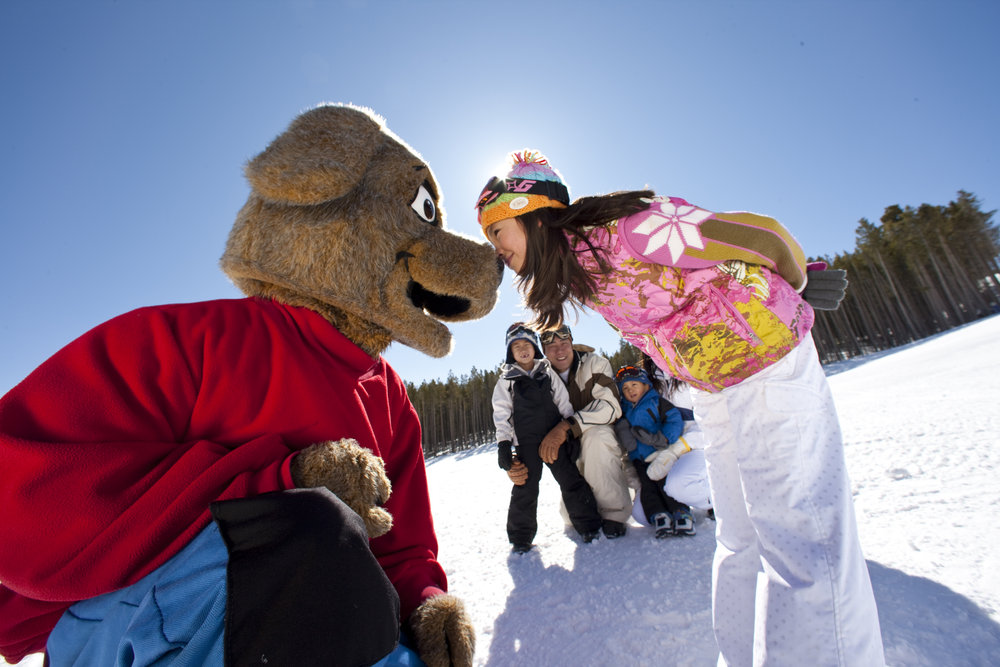 A family meets Breckenridge mascot Ripperoo. Photo by Jack Affleck.