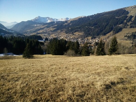 Les Gets - As can see no snow yet, some slopes skiable where in shade, very reduced capacity, snow forecast in a few days - ©Chalet Uxello