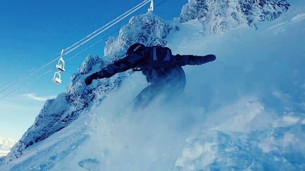 Mammoth Mountain Ski Area - Wipeout Chute on Jan 16.  22k visitors on mountain / day during holiday weekend.  waistdeep powder, but be careful of the 1-2ft drops cut in due to lots of traverses - ©Sandyclaws