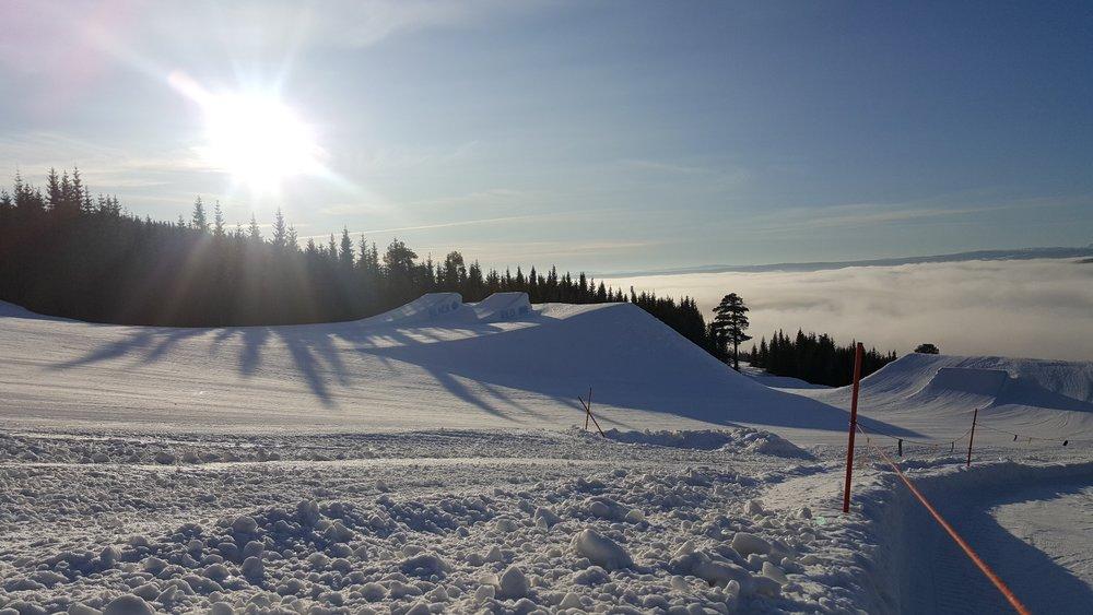 Det er godt med snø og gode forhold i Hafjell Alpinsenter om dagen. Alle bakker og heiser er åpne, og i tillegg produseres det ekstra snø i forbindelse med X Games som skal gå av stabelen i Hafjell 8-11 mars. Her fra 27. januar. - ©Hafjell Alpinsenter