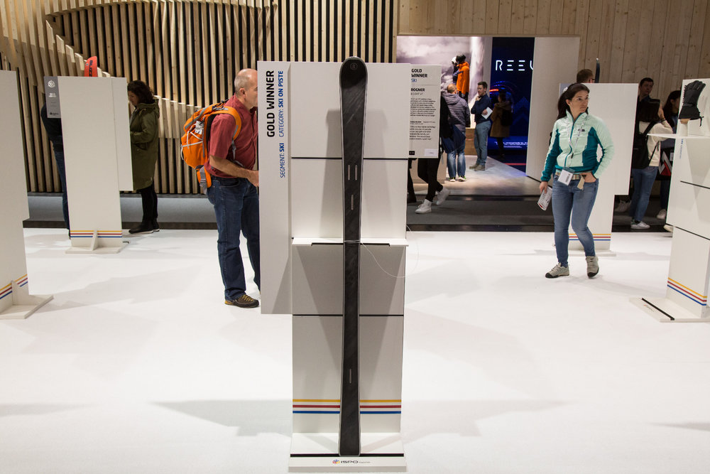 """Der Bogner B Light VT bekam von der ispo-Jury einen Gold-Award. Jury-Statement: """"Mit der vertikalen Titanal-Kerntechnologie ist es möglich, leichte und innovative Materialien wie Karuba und Bambus zu verarbeiten. Die Steinoberfläche sieht großartig aus."""" - ©Skiinfo"""
