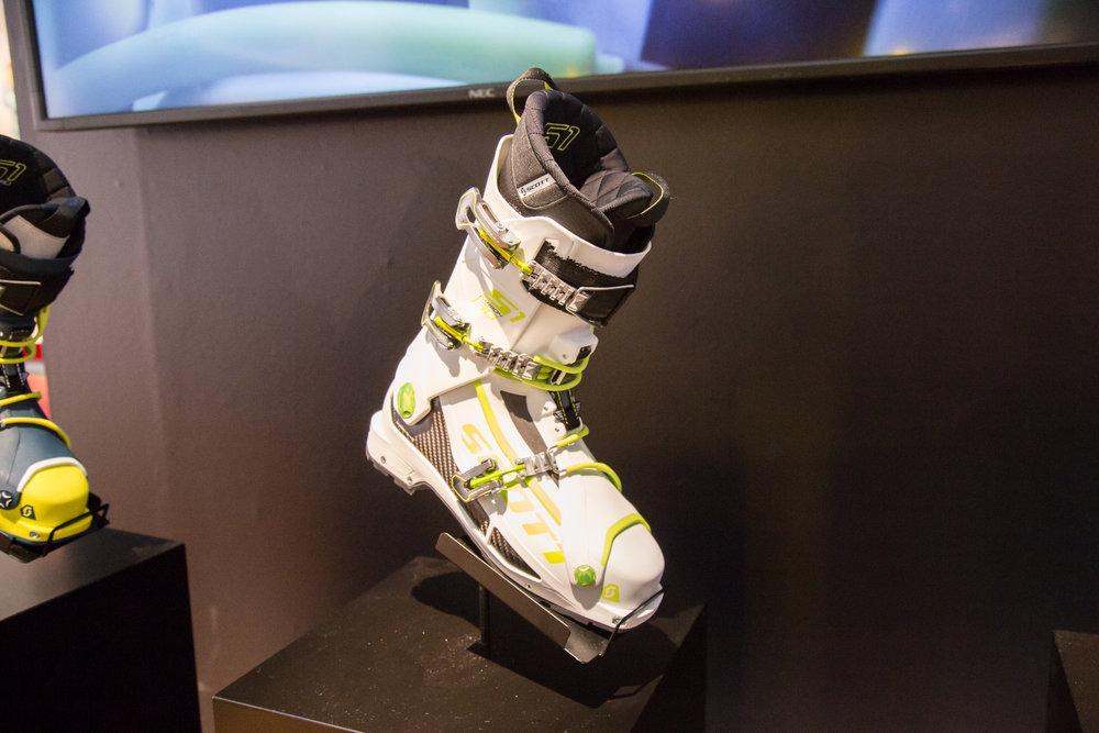 Der völlig neue SCOTT S1 Carbon Schuh wurde speziell für die Ansprüche des modernen Skiläufers entwickelt, der einen Schuh mit echter Tourenfunktion und Komfort braucht, ohne Abstriche bei der Abfahrtsleistung und Sicherheit zu machen. - ©Skiinfo