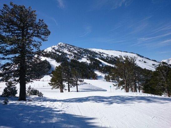 Ax 3 Domaines - grand soleil, neige très dure le matin, après 11h00 c'est beaucoup mieux. - ©franck
