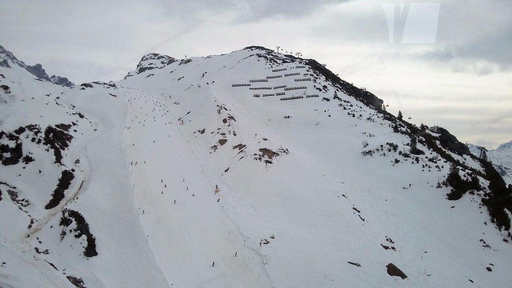 Modrá trasa 100 z Ulmer Hütte (2288 m) do Alpe Rauz je jediným spôsobom, ako sa dostať k novým lanovkám, ktoré prepojili St. Anton so susedným Lech / Zürs - ©Tomasz Wojciechowski / Skiinfo