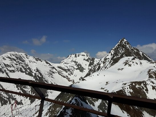 Stubaier Gletscher - Ab Mittag unterhalb von 2500 Meter wird es weicher. Pisten oben total in Ordnung.  - ©Tabakdidi