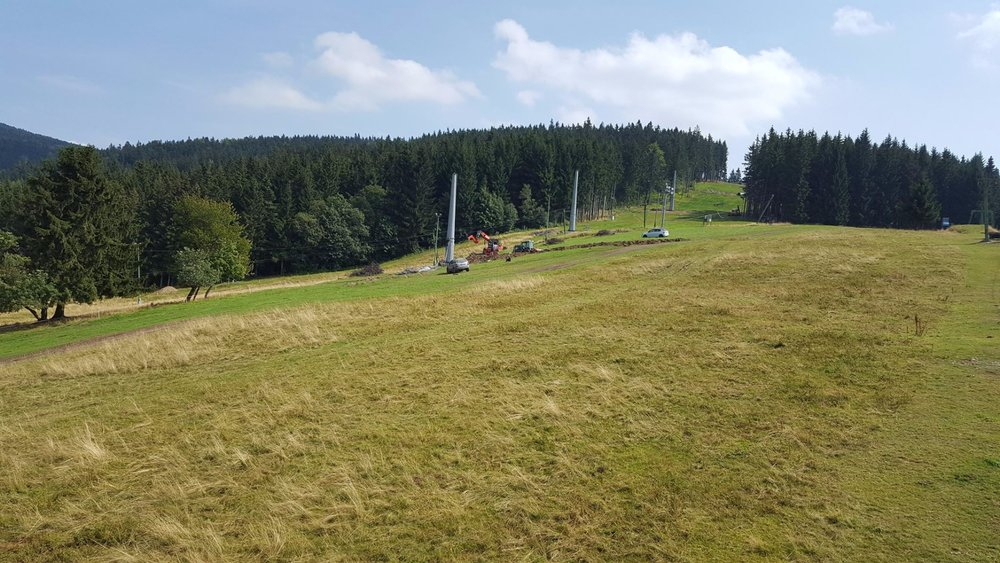Odpojitelná 4-sedačková lanovka Garaventa bude lyžařům k dispozici v Deštném v Orlických horách už od zimy 2017/18 - ©Skicentrum Deštné v Orlických horách