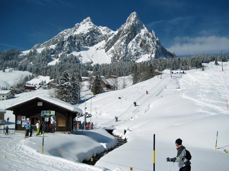 Im Skigebiet Brunni-Hagenegg erwartet euch ein atemberaubendes Panorama und unterschiedliche Pisten. - ©Mythenregion/Einsiedeln Tourismus