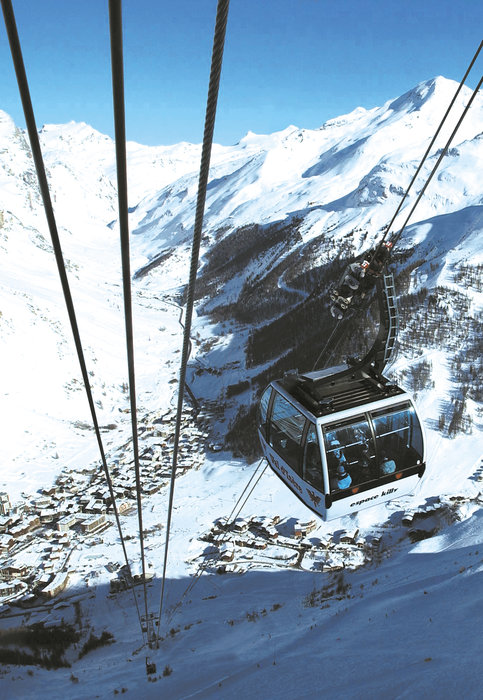 Taking the cable car up from Val d'Isere to the snowsure Espace Killy ski area - ©NUTS.FR / OT.VAL D'ISÈRE