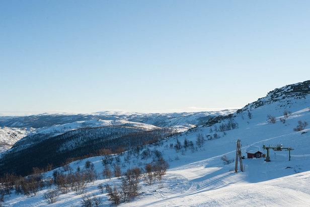 Blå himmel og nydelige forhold på Hallingskarvet Skisenter - ©Eirik Aspaas