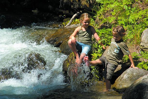 Kinder plantschen im Wasser