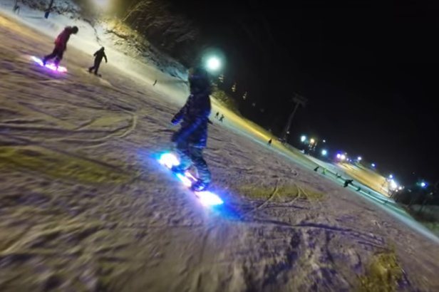 LED snowboard: idealna deska na nocne zjazdy [wideo] - ©ENOMOTO manufacturing