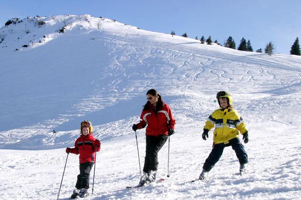Familie beim Skifahren - ©OÖTourismus Weissenbrunner