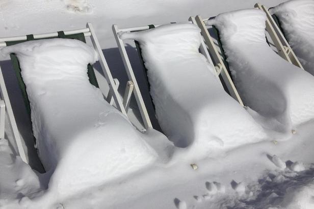 Bain de soleil à Val d'Allos après les grosses chutes de neige du début de semaine - ©OT Val d'Allos
