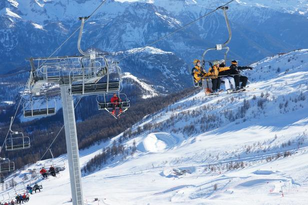 En piste pour une belle journée de ski à Puy Saint Vincent - ©OT de Puy St Vincent