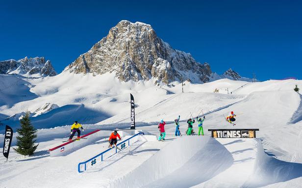 À Tignes, c'est simple, il y a tout pour le snowboard : snowpark, half-pipe, boardercross, couloirs... - ©© andyparant.com
