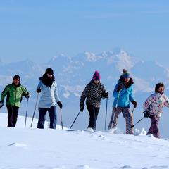 Promenade en raquettes à neige à Monts Jura, une mmersion totale dans la nature, au coeur de magnifiques paysage - ©JP Gotti