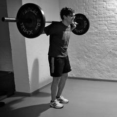 Einbeinige Kniebeuge mit Gewicht: Klassiker für die Beinkraft - ©Dr. Core