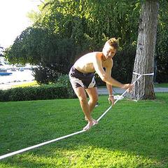 Gleichgewicht halten ist die Slackline-Kunst - ©flickR_motli