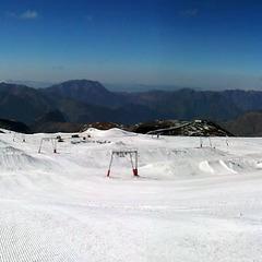 Vue d'ensemble du snowpark des 2 Alpes à quelques heures de son ouverture - ©Service des pistes des 2 Alpes