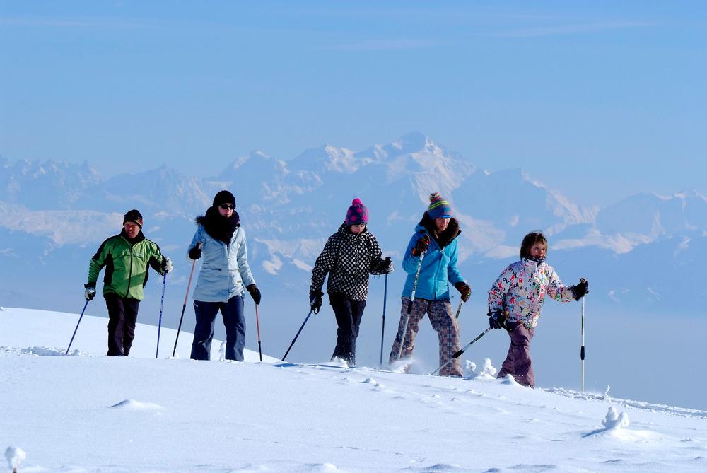 Promenade en raquettes à neige à Monts Jura, une mmersion totale dans la nature, au coeur de magnifiques paysage - © JP Gotti