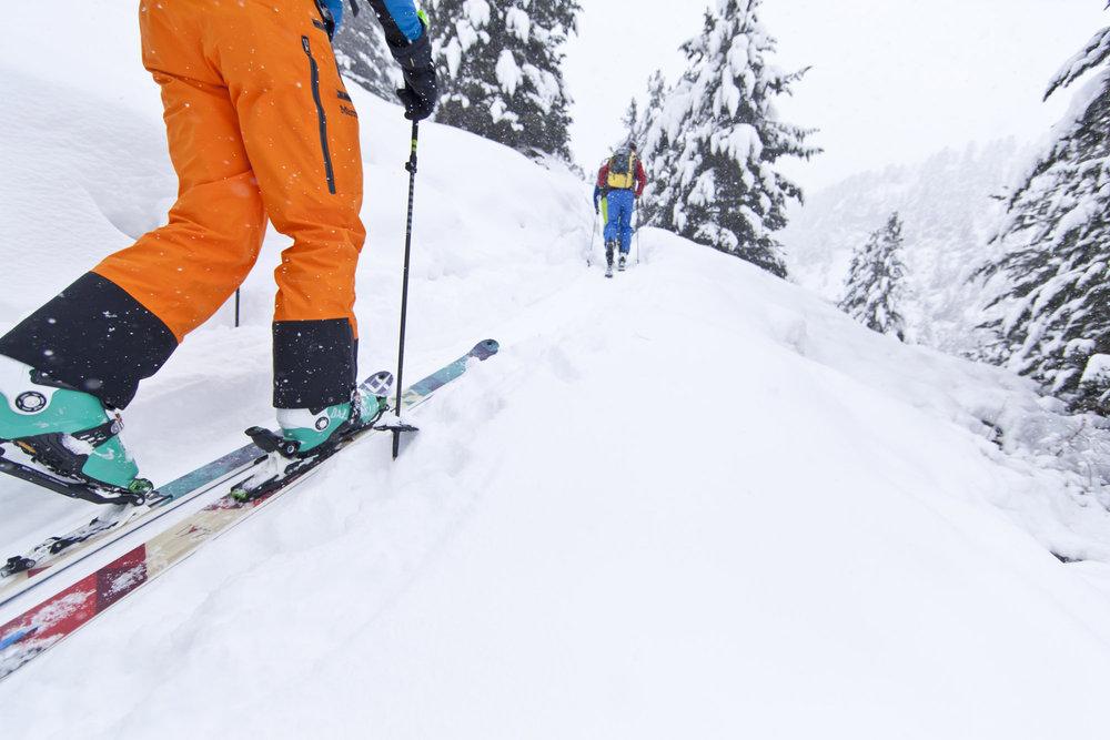 Légers et sûrs à la montée, véloces et très agiles en descente, les skis de rando/freerando évoluent sans cesse... - © Voelkl / Aufstieg