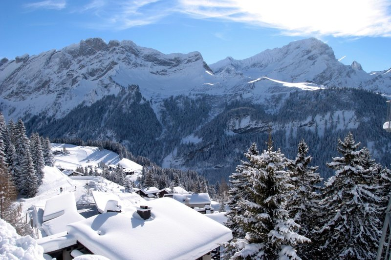 Snow-covered rooftops in Villars-Gryon, Switzerland - © Villars Touirsmus, Schweiz
