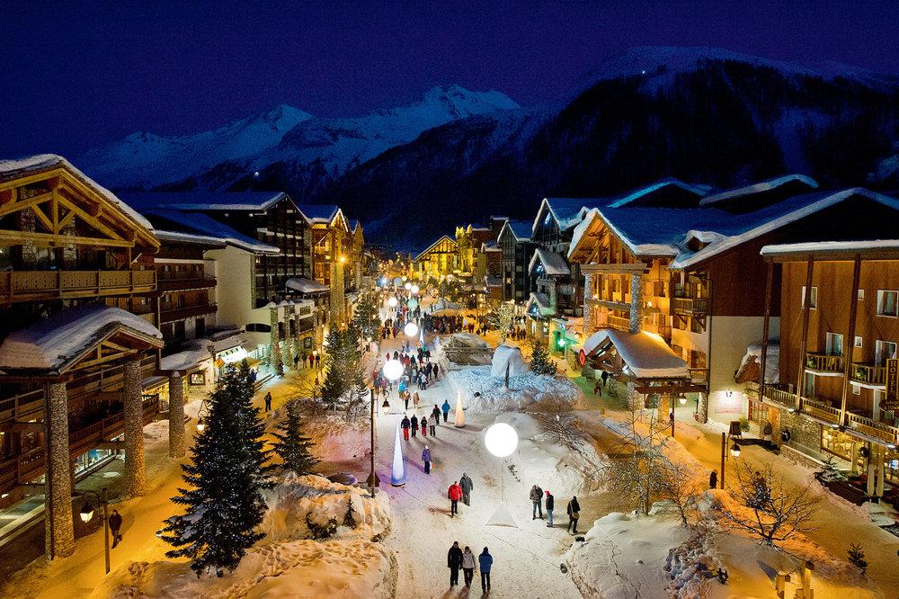 Ambiance nocturne dans la rue principale de Val d'Isère - © Andy Parant