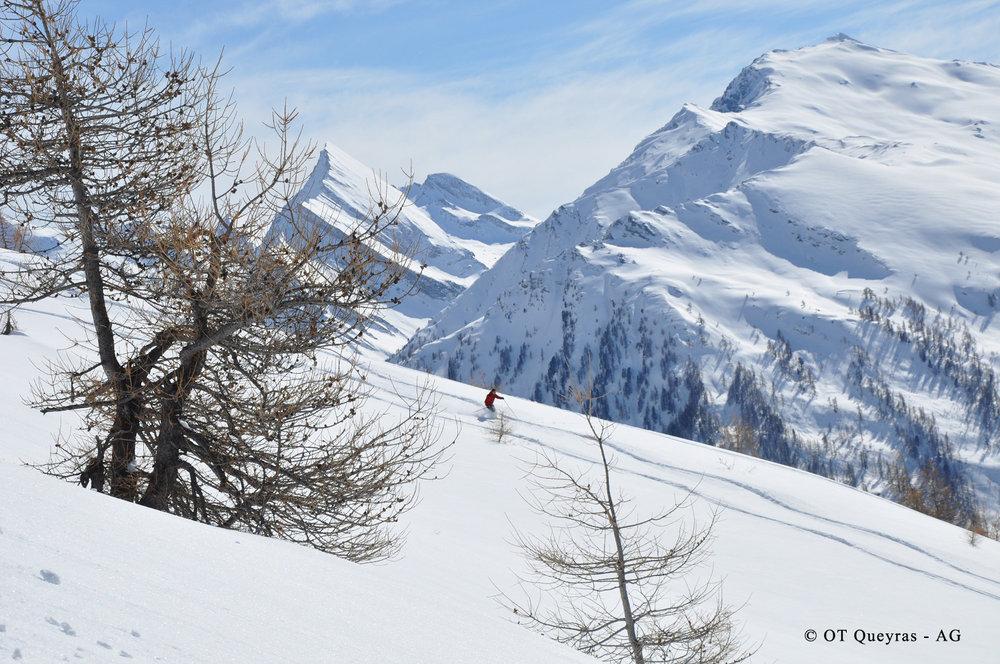 Ski hors-piste dans la forêt bordant les pistes de ski d'Abriès - © A Grossan / Office de tourisme du Queyras
