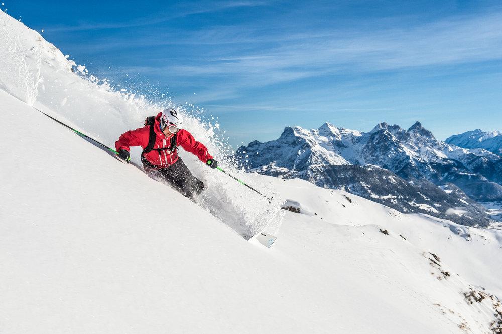 Adrenalínovú lyžovačku na strmých zjazdovkách zažiješ aj na Slovensku, nemusíš cestovať až do Kitzbühelu - © Bergbahnen Kitzbühel