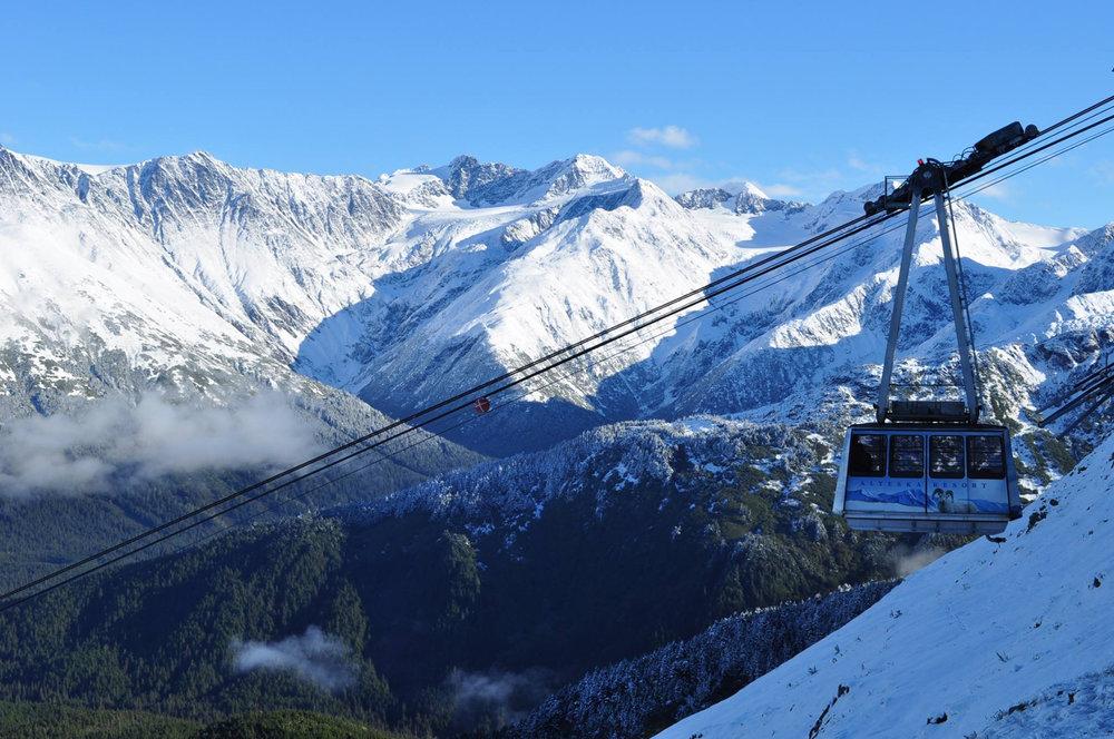 En piste vers les sommets enneigés d'Alyeska - © ® Alyeska Resort