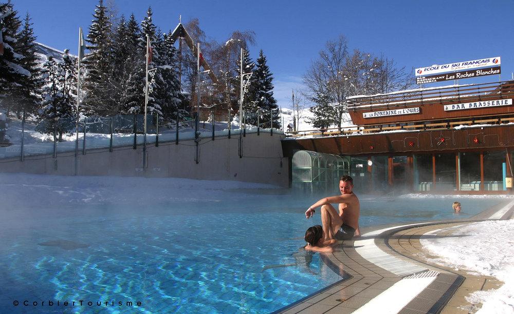 Se baigner en plein hiver dans une eau à 27°... le plaisir suprême dans la piscine extérieure du Corbier - © Corbier Tourisme
