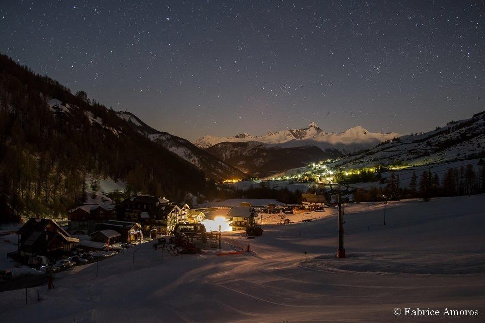 Ambiance nocturne sur le front de neige de Molines en Queyras - © Fabrice Amoros / OT du Queyras