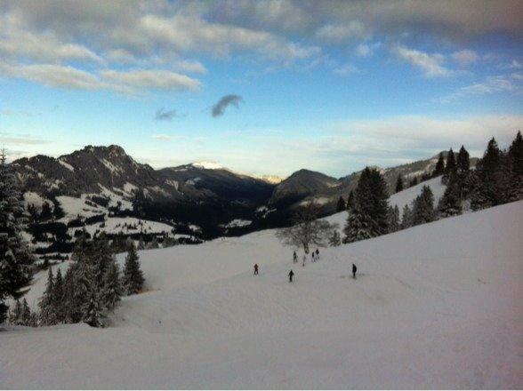 Jetzt braucht es dringend Schnee. Die Pistenarbeiter tun ihr Bestes. Hochachtung und danke. Heute Skishow !!! Klasse