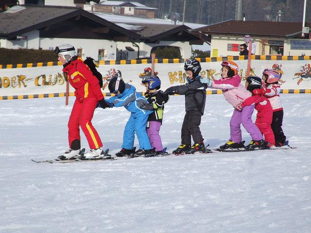 Děti se učí lyžovat v Ellmau, Rakousko - © Credit Andrew Dowsett