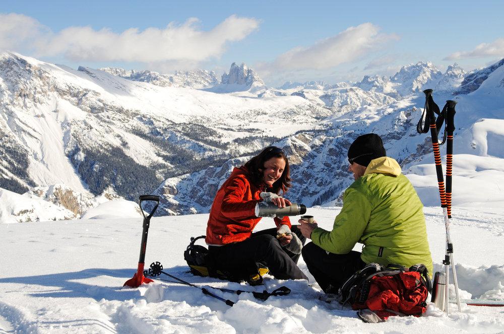 Skitourengeher pausieren vor Dolomiten-Panorama - © Norbert Eisele-Hein