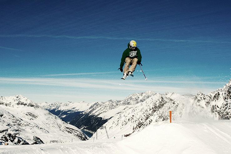 Snowpark Kaunertal: Switch 360 über den Medium Kicker - © Stefan Drexl