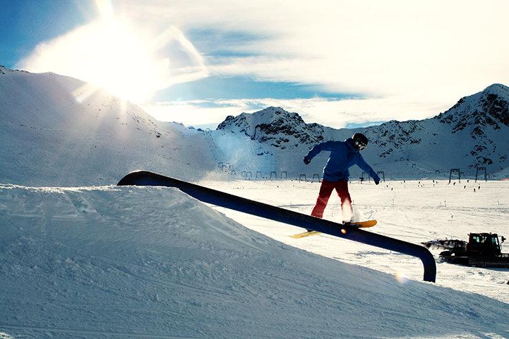 Snowpark Kaunertal: Übers Pipeline Flat down rutscht am besten Backside - © Stefan Drexl