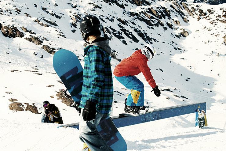 Snowpark Kaunertal: Backisde 36 über den Pro Kicker mit Blick auf den Gepatsch Stausee - © Stefan Drexl