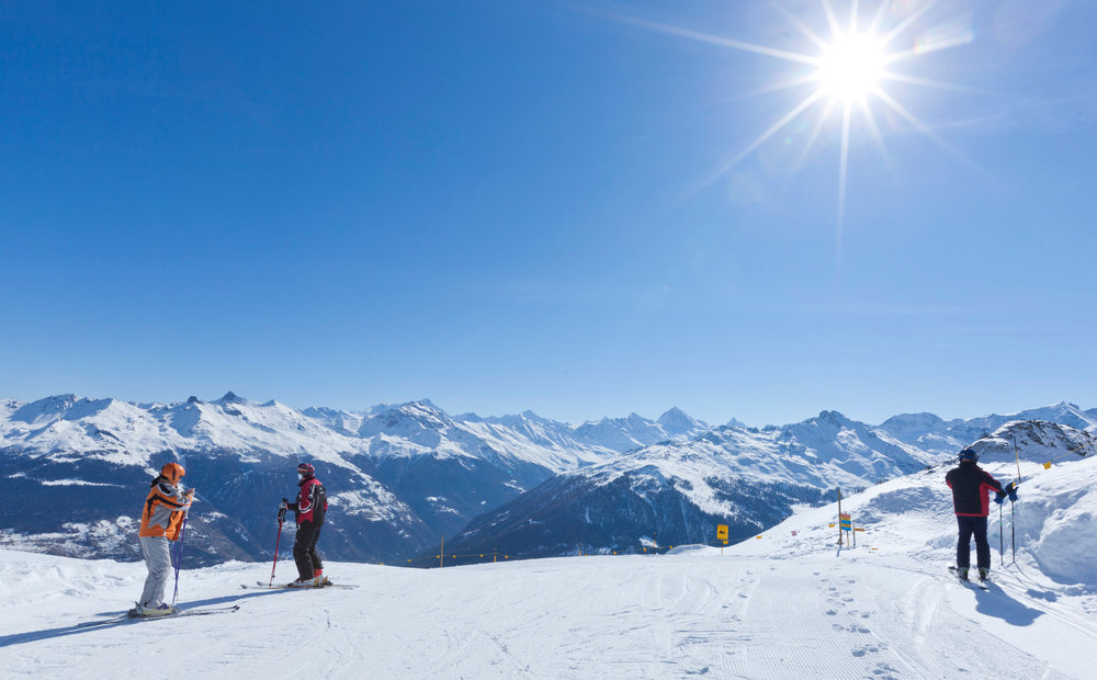 Skier tout en profitant d'un panorama grandiose sur les sommets environnants à Thyon... - © Thyon-Région Tourisme