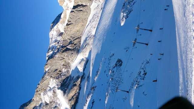 2 pistes ouvertes sur l'ensemble de la station, neige verglacée et beaucoup de cailloux. Conditions de ski médiocre malgré le soleil, dommage !