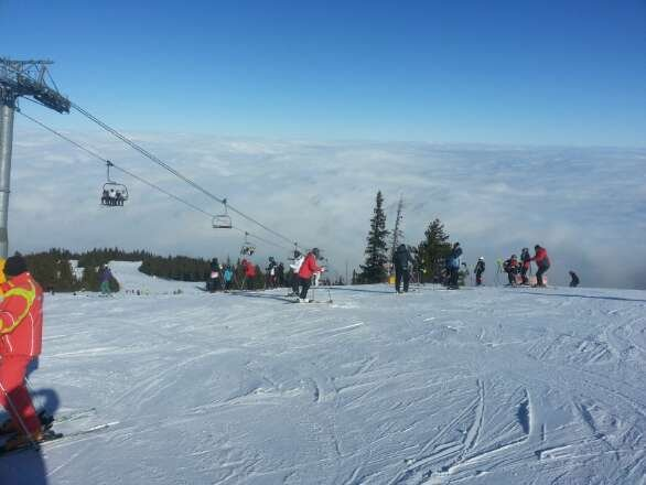 picture taken at top of yastrebetz. only the onr red open there and icey in places. rila part foggy two reds still open very icey. thays about it, they really need snow but none forecasted. doesnt help a coulpe nice runs are closed for the European championship thing in two weeks time.