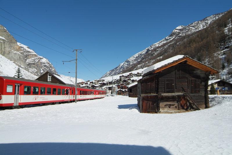 Zermatt è raggiungibile solo con i mezzi, uno di questi è il treno!