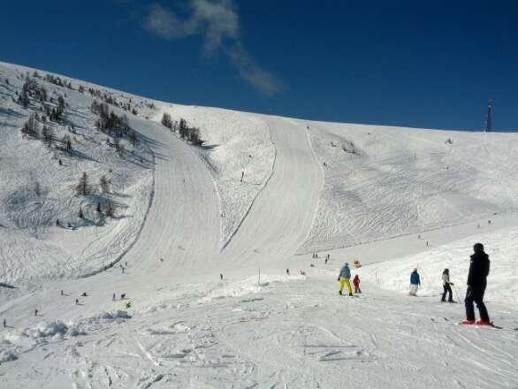 Comprensorio piccolo ma assolutamente divertente. Nessun impianto ad agganciamento automatico quindi un po' di fila la si trova sempre. Neve splendida,  compatta. Piste larghe, veloci e ben battute. Impiantisti perfetti, gentilissimi e troppo bravi con tutti. Due soli rifugi. Il comprensorio è un po' vintage quindi ci si imbatte con molta facilità in monosci e sci anni '70. Tanti, tantissimi snowboarders.