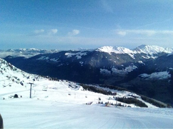 Photo from 21.2.2014. Better conditions than ski report shows but not much new snow. Best pistes all week were black 4, red/black 7 near schnee-express, and black 6 at Hochfugen