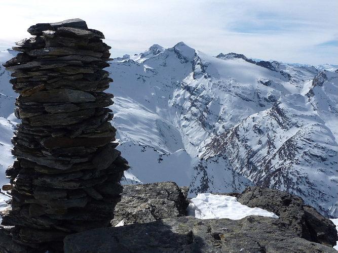 Blick auf das Rheinwaldhorn vom Gipfel aus - © Marion Neumann